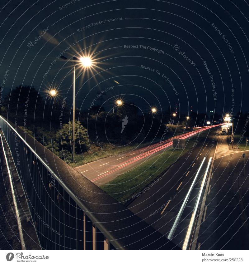 midnight blues Verkehr Straßenverkehr Autofahren Straßenkreuzung Autobahn Brücke dunkel Geschwindigkeit Fahrbahn Brückengeländer Farbfoto Gedeckte Farben