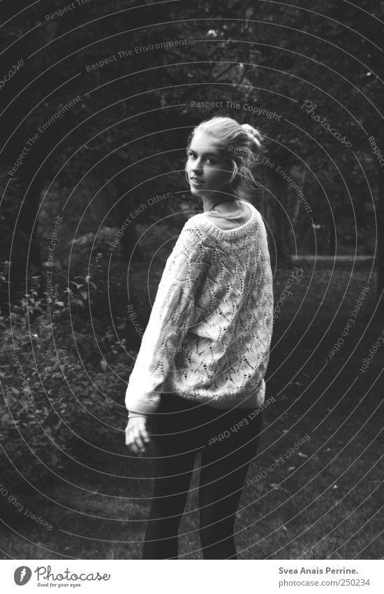 plan b. feminin Junge Frau Jugendliche 1 Mensch Park Wiese Rock Pullover Haare & Frisuren blond Dutt Bewegung laufen einzigartig dünn Heimweh Fernweh