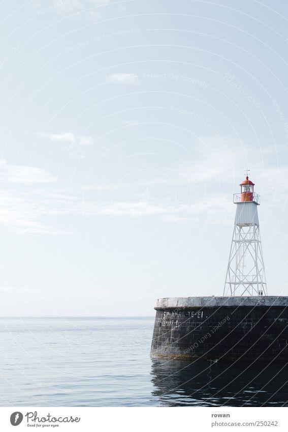 wegweiser Wellen Küste Meer blau Leuchtturm leuchten Wegweiser rot Signal Hafen Anlegestelle Schifffahrt ruhig Glätte Hinweis führen Farbfoto Außenaufnahme