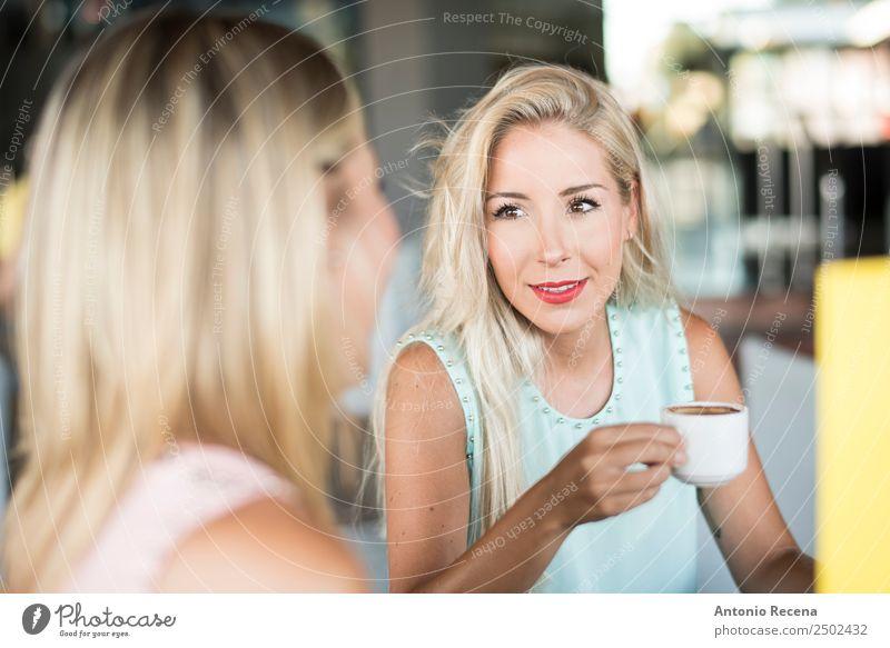 Geschwister Kaffee Getränk trinken Lifestyle sprechen Mensch Frau Erwachsene Schwester Freundschaft 18-30 Jahre Jugendliche Terrasse Mode Erotik Bar Menschen
