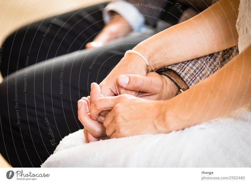 Hände verschlungenes Hochzeitspaar am Hochzeitstag schön Feste & Feiern Junge Frau Jugendliche Junger Mann Erwachsene Paar Hand Liebe Fröhlichkeit Zusammensein