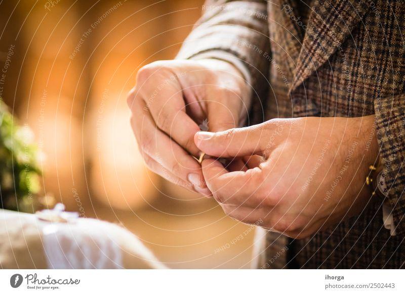 Ehering für das Brautpaar am Hochzeitstag schön Feste & Feiern Junge Frau Jugendliche Junger Mann Erwachsene Paar Hand Ring Liebe Fröhlichkeit Zusammensein weiß