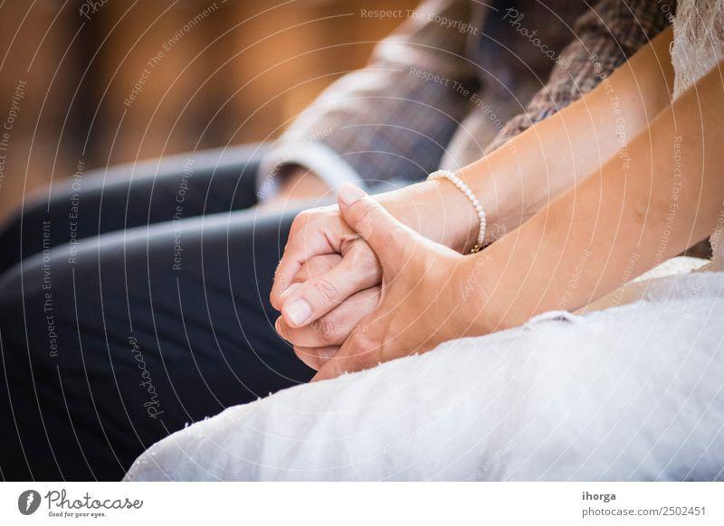 Hände verschlungenes Hochzeitspaar am Hochzeitstag schön Feste & Feiern Junge Frau Jugendliche Junger Mann Erwachsene Paar Partner Hand Liebe Fröhlichkeit