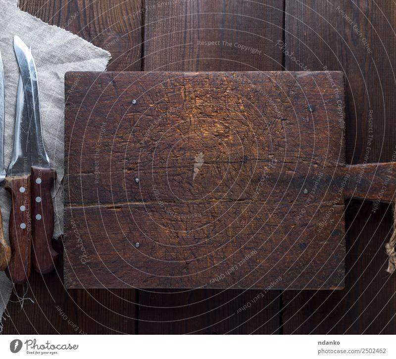 altbraunes Küchenschneidebrett aus Holz Messer Schneidebrett dunkel natürlich retro schwarz Holzplatte Schneiden Hintergrund Essen zubereiten altehrwürdig