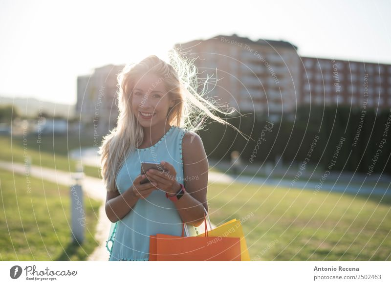 Schöne Frau, die wie ein Smartphone aussieht. kaufen Telefon Technik & Technologie Internet Mensch Junger Mann Jugendliche Erwachsene 1 18-30 Jahre Park