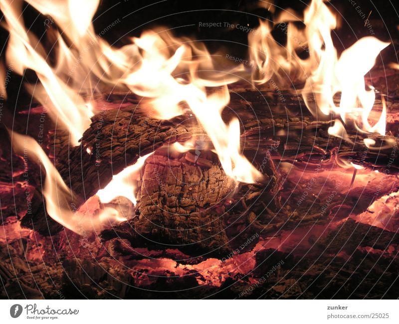 zu nah am feuer Glut Holz Stimmung Zoomeffekt Brand Flamme Feuerstelle