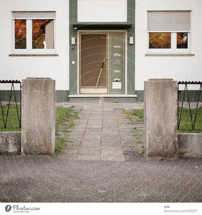 eingang Haus Bauwerk Gebäude Mauer Wand Fassade Fenster Tür Wege & Pfade trist grau grün weiß Farbfoto Außenaufnahme Menschenleer Tag Eingangstür Rollladen