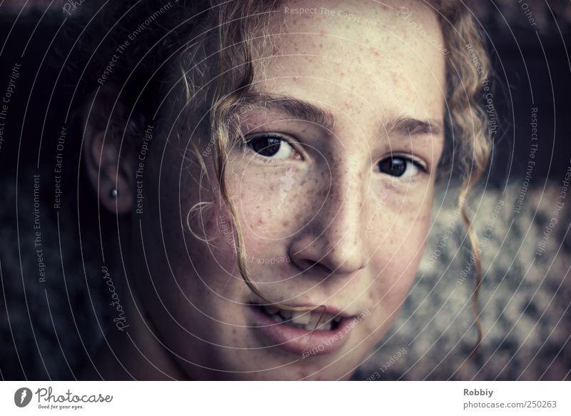 Bitte mal schnell in die Kamera lächeln! Mensch Jugendliche blau schön grau einzigartig Junge Frau frech