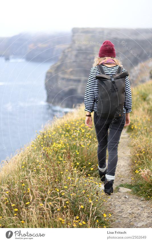 Irland, cliffs of moher, Frau, wandern Ferien & Urlaub & Reisen Tourismus Ausflug Ferne Erwachsene 1 Mensch 18-30 Jahre Jugendliche Umwelt Natur Landschaft Gras