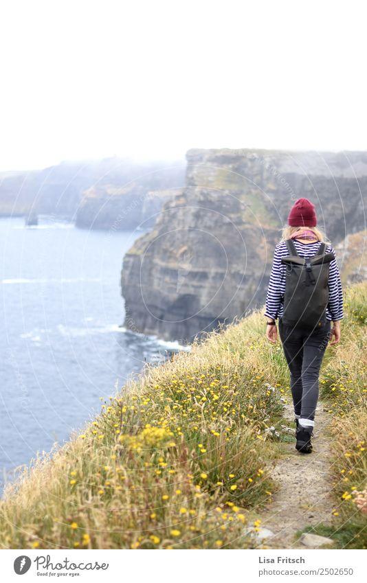 Laufende Frau mit Rucksack - Cliffs of Moher, Irland. Mensch Natur Ferien & Urlaub & Reisen Jugendliche Landschaft Erholung 18-30 Jahre Erwachsene Leben