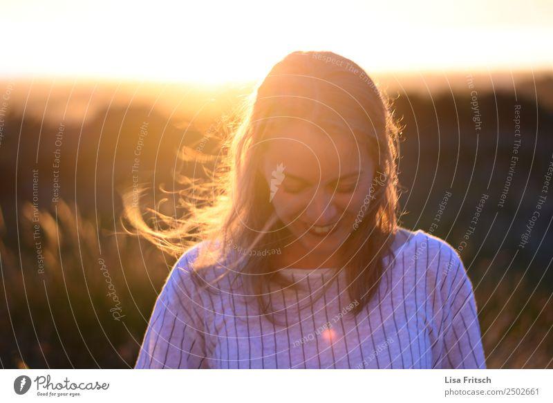 junge Frau, lachend auf den Boden schauend, Sonnenuntergang schön Ferien & Urlaub & Reisen Tourismus Junge Frau Jugendliche 1 Mensch 18-30 Jahre Erwachsene