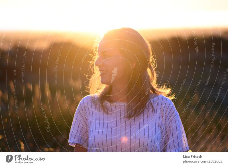 Frau, Sonnenuntergang, Sträucher Ferien & Urlaub & Reisen Junge Frau Jugendliche 1 Mensch 18-30 Jahre Erwachsene Sonnenaufgang Schönes Wetter blond langhaarig