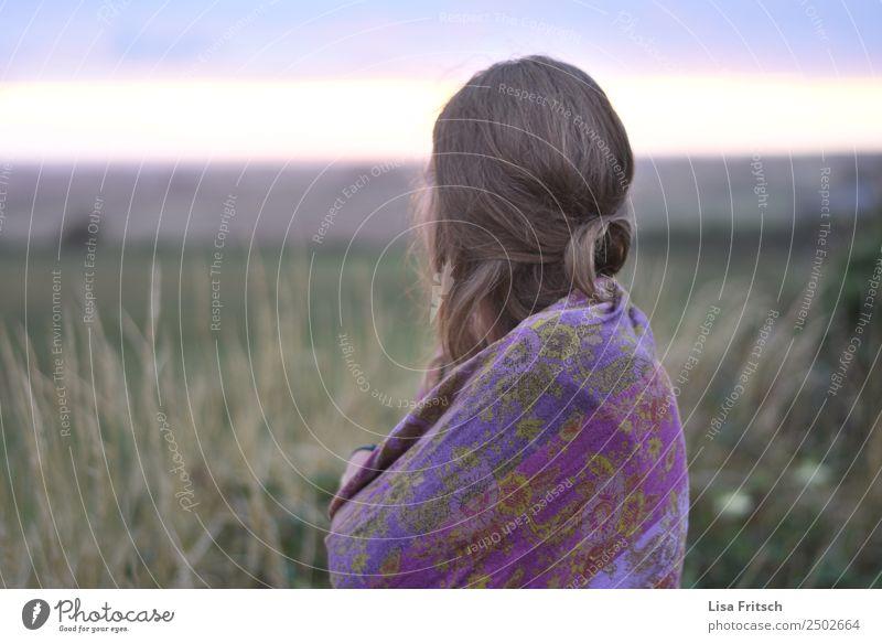 Frau, Tuch um die Schultern, Feld Ferien & Urlaub & Reisen Erwachsene 1 Mensch 18-30 Jahre Jugendliche Natur Sträucher Schal blond langhaarig beobachten
