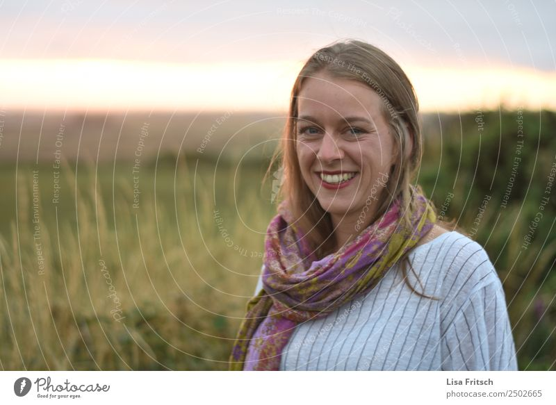 Hübsche, junge Frau lächelnd beim Sonnenuntergang. schön Ferien & Urlaub & Reisen Erwachsene 1 Mensch 18-30 Jahre Jugendliche Natur Schönes Wetter Sträucher