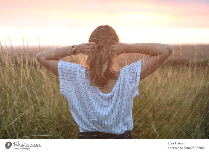 Frau, beide Hände in den Haaren, Rückenansicht Mensch Natur Ferien & Urlaub & Reisen Jugendliche Sommer schön Erholung Ferne 18-30 Jahre Erwachsene Leben