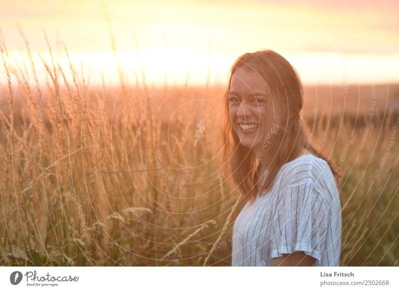 lachende, blonde Frau, Sonnenuntergang, Feld Ferien & Urlaub & Reisen Tourismus Junge Frau Jugendliche 1 Mensch 18-30 Jahre Erwachsene Umwelt Natur Landschaft