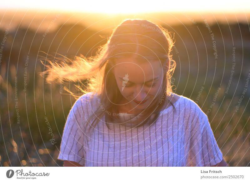 Sonnenuntergang, lächelnde junge Frau schön Ferien & Urlaub & Reisen Junge Frau Jugendliche 1 Mensch 18-30 Jahre Erwachsene Natur Landschaft Schönes Wetter