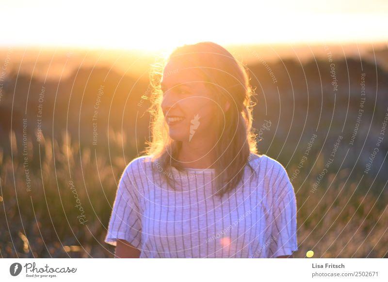 Frau, Sonnenuntergang, Sträucher Mensch Natur Ferien & Urlaub & Reisen Jugendliche Sommer Erholung 18-30 Jahre Erwachsene Leben Gesundheit natürlich lachen