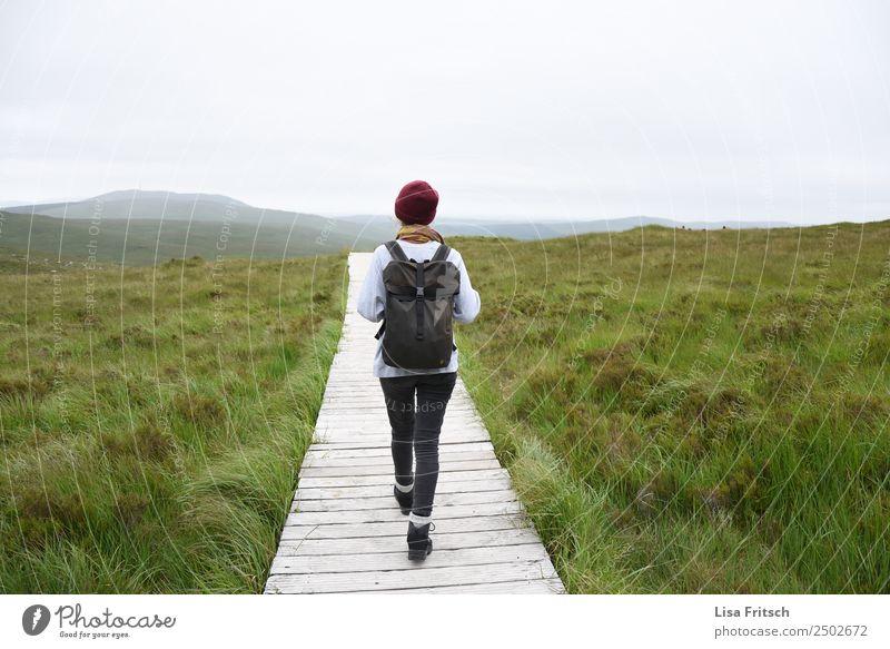 Connemara Nationalpark Irland, Frau mit Rucksack Mensch Natur Ferien & Urlaub & Reisen Jugendliche Junge Frau Landschaft Berge u. Gebirge 18-30 Jahre Erwachsene