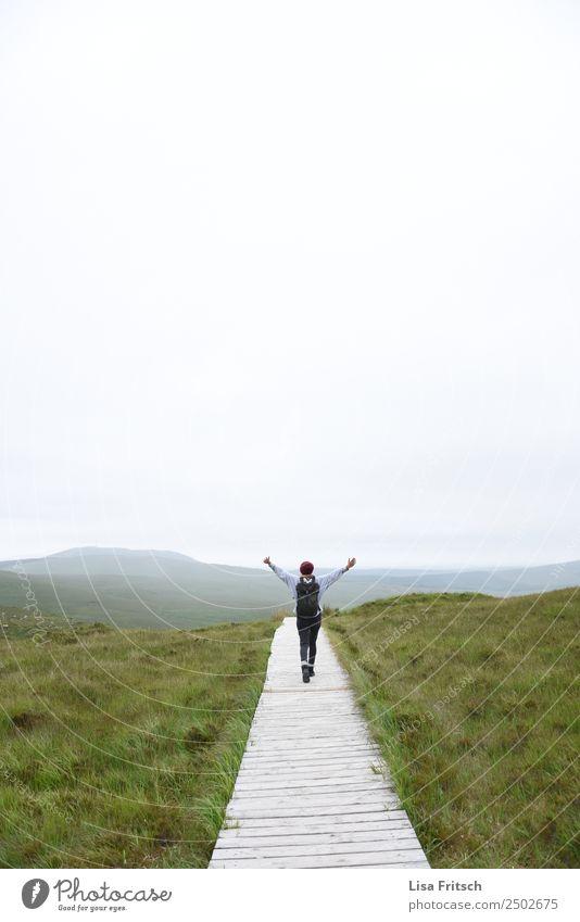 jeih! Weg, springen, Hände in der Luft, Frau Mensch Natur Ferien & Urlaub & Reisen Jugendliche Landschaft Erholung Ferne Berge u. Gebirge 18-30 Jahre Erwachsene
