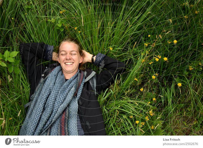 Lachend im Gras liegend, Augen geschlossen. Ferien & Urlaub & Reisen Tourismus Frau Erwachsene 1 Mensch 18-30 Jahre Jugendliche Natur Blume Wiese Schal Zopf