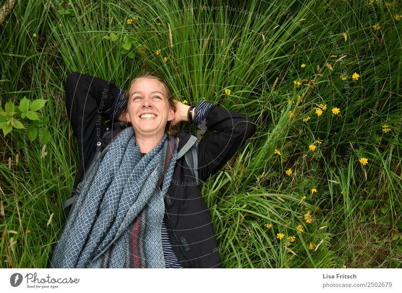 Natur, Gras, Frau lachend in einer Wiese Ferien & Urlaub & Reisen Tourismus Junge Frau Jugendliche 1 Mensch 18-30 Jahre Erwachsene Umwelt Blume Schal blond