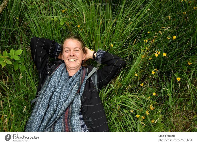 Lachend im Gras liegend. Gesundheit Ferien & Urlaub & Reisen Tourismus Junge Frau Jugendliche 1 Mensch 18-30 Jahre Erwachsene Natur Blume Jacke Schal blond Zopf