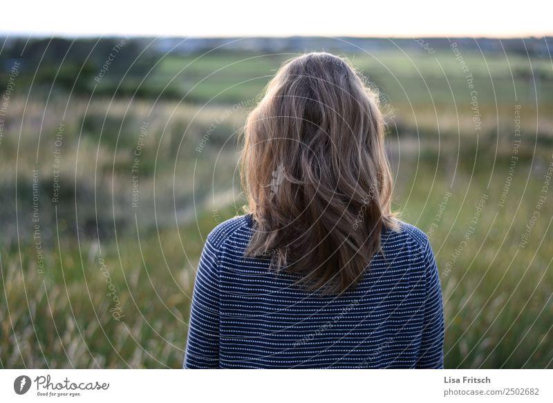 blonde Frau, Rückenansicht, Wiese Ferien & Urlaub & Reisen Tourismus Erwachsene 1 Mensch 18-30 Jahre Jugendliche Umwelt Natur langhaarig beobachten Erholung
