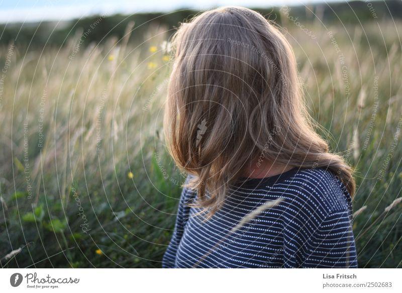 Blonde Frau sitzend in einem Feld. Junge Frau Jugendliche 1 Mensch 18-30 Jahre Erwachsene Umwelt Natur Landschaft Schönes Wetter Sträucher Wiese blond