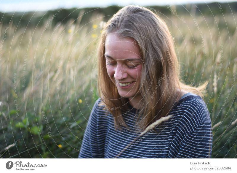 Lachende, junge Frau umgeben von Sträuchern. Ferien & Urlaub & Reisen Sommerurlaub Junge Frau Jugendliche 1 Mensch 18-30 Jahre Erwachsene Umwelt Natur