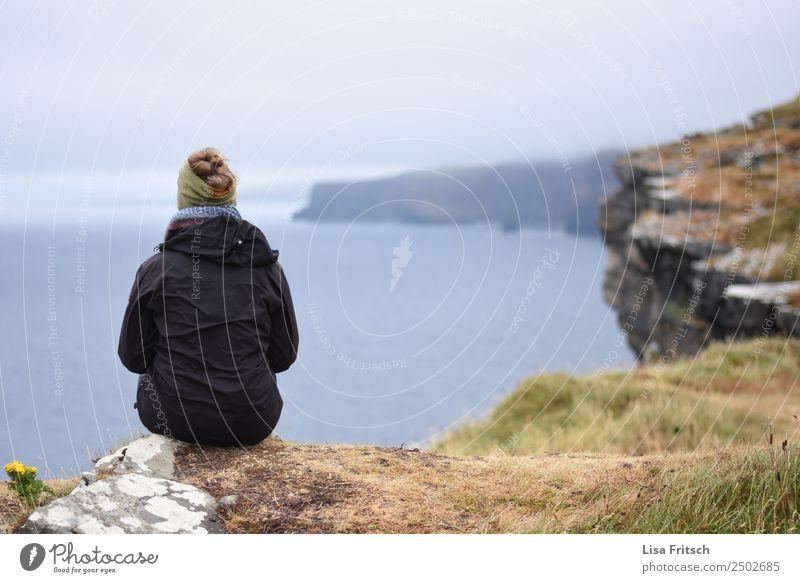 Sitzend vor Cliffs of Moher. Frau Mensch Natur Ferien & Urlaub & Reisen Jugendliche Wasser Landschaft Erholung Ferne 18-30 Jahre Erwachsene Leben Zeit Tourismus