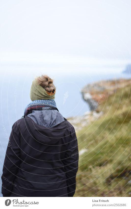 Aussicht genießen. Frau mit Stirnband, Jacke. Irland Ferien & Urlaub & Reisen Tourismus Erwachsene 1 Mensch 18-30 Jahre Jugendliche Umwelt Natur Landschaft