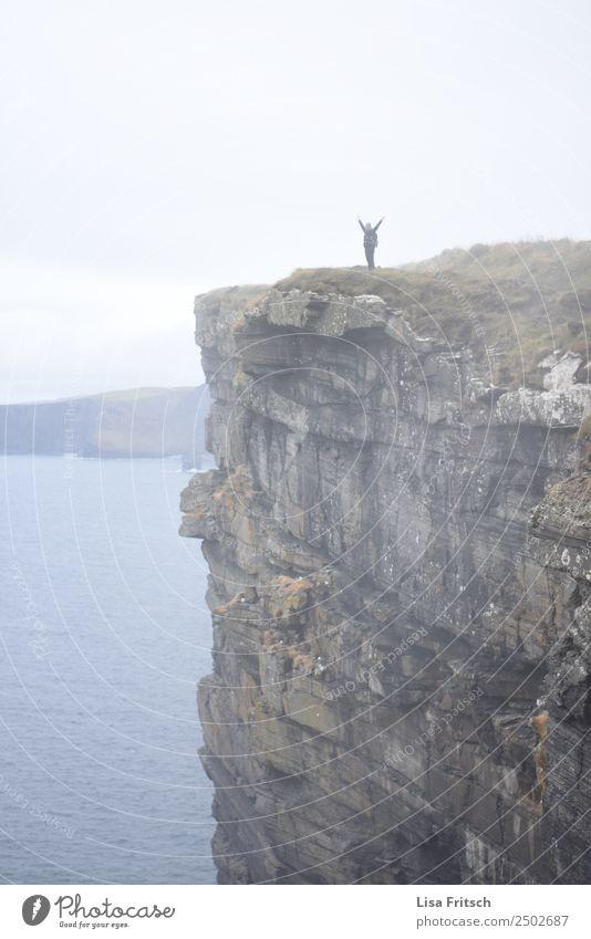 Jeih. Cliffs of Moher Mensch Himmel Natur Ferien & Urlaub & Reisen Küste Bewegung Glück Tourismus Freiheit Felsen Ausflug Horizont frei Nebel Kraft Idylle