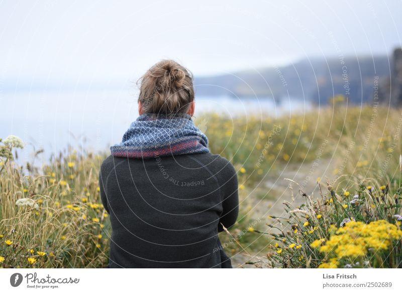 Weg, Frau, sitzend, vor Cliffs of Moher Mensch Natur Ferien & Urlaub & Reisen Jugendliche Landschaft Blume Erholung 18-30 Jahre Erwachsene Leben Umwelt