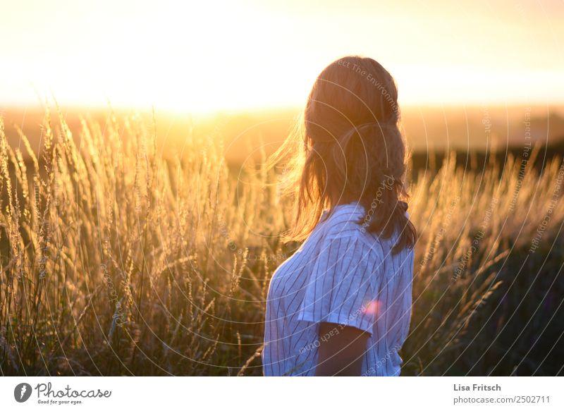 Sonnenuntergang Ferien & Urlaub & Reisen Tourismus Frau Erwachsene 1 Mensch 18-30 Jahre Jugendliche Umwelt Natur Schönes Wetter Sträucher Feld blond langhaarig