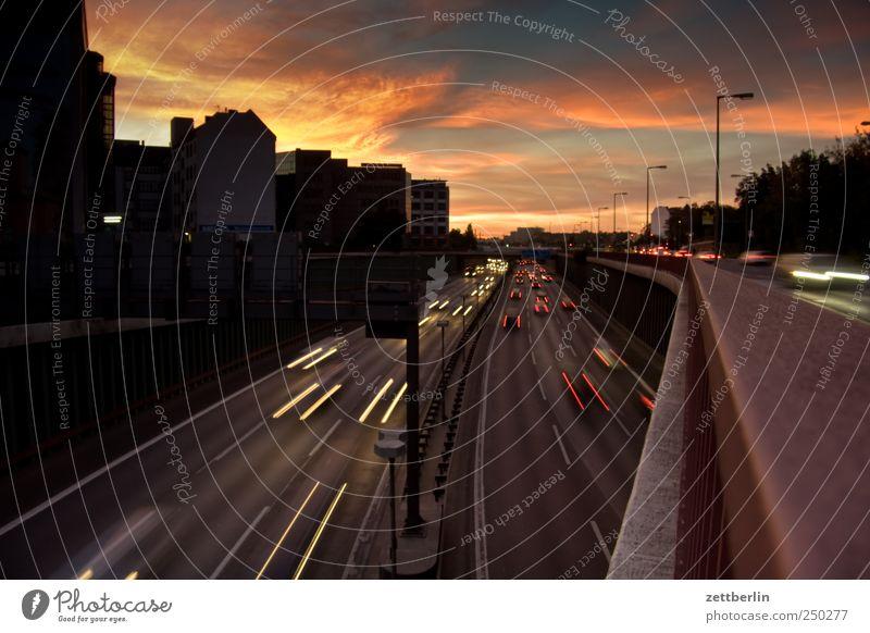 Autobahnbrücke Abend Abenddämmerung PKW Berlin Berufsverkehr Dämmerung fahren Himmel Individualreise Licht Leuchtspur Scheinwerfer Autoscheinwerfer Spuren Stadt