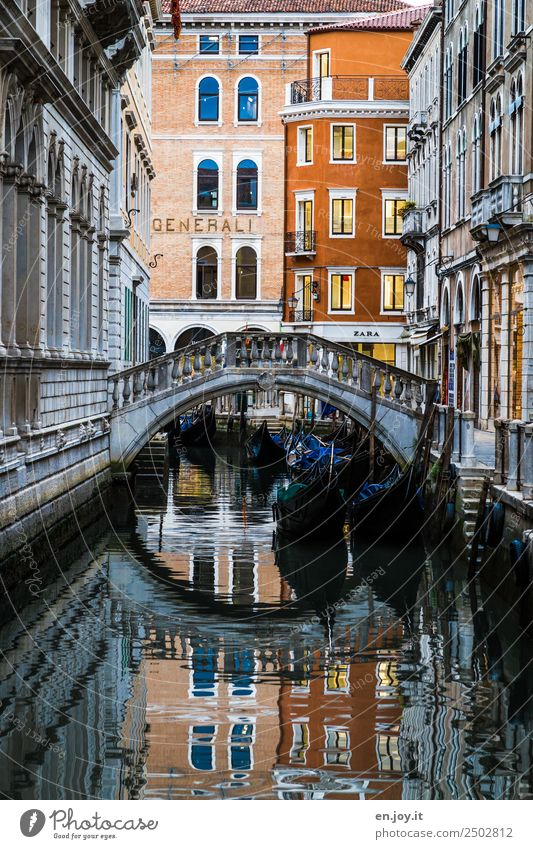 Gondelschlafplatz Ferien & Urlaub & Reisen Sightseeing Städtereise Sommerurlaub Venedig Italien Europa Stadt Stadtzentrum Altstadt Menschenleer Haus Brücke
