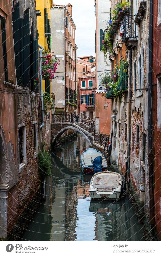 eng Ferien & Urlaub & Reisen Sightseeing Städtereise Sommerurlaub Venedig Italien Europa Stadt Altstadt Haus Brücke Fassade Motorboot Ruderboot Kanal