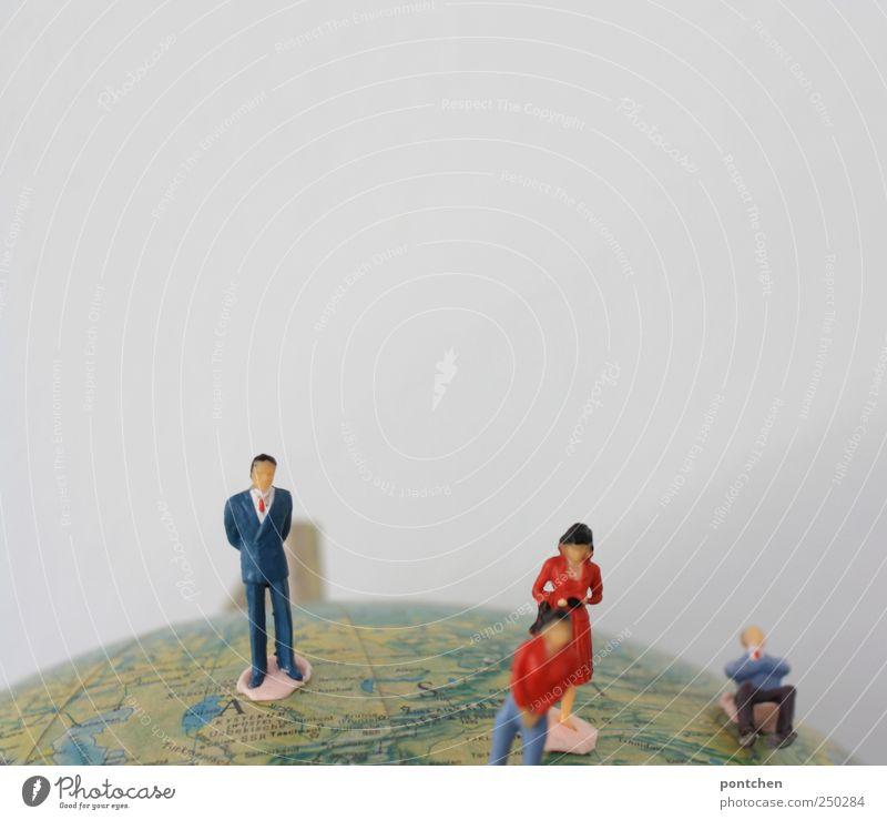 in der weltgeschichte herummarschieren Mensch Spielen Erde Denken maskulin stehen Bekleidung Reisefotografie Macht Symbole & Metaphern Kleid Kunststoff Anzug Globus Figur Entwicklung