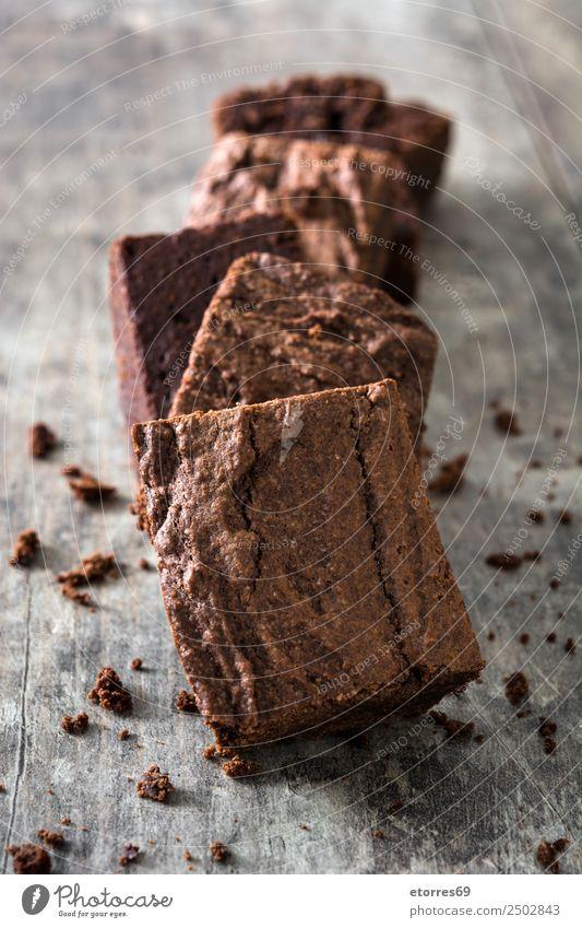Schokoladenbrownie-Stücke auf Holzuntergrund braun Konfekt süß Bonbon Dessert Backwaren Kuchen Nut Walnüsse Lebensmittel Gesunde Ernährung Foodfotografie Snack