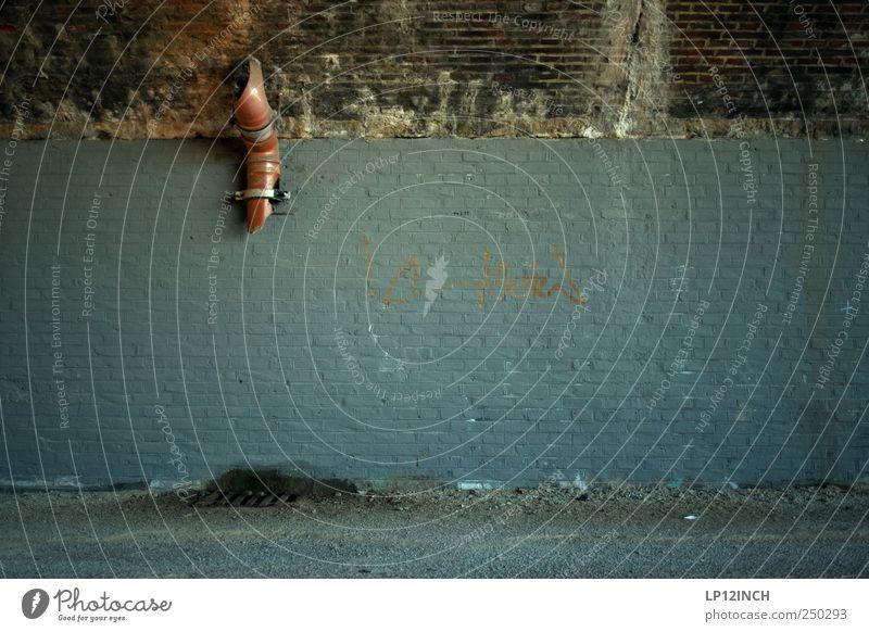 Graffiti freiraum Lüneburg Mauer Wand Fassade Backstein dreckig dunkel Ekel kalt trist Rohrleitung Abflussrohr Gully kaputt Trennung Schmiererei Farbfoto