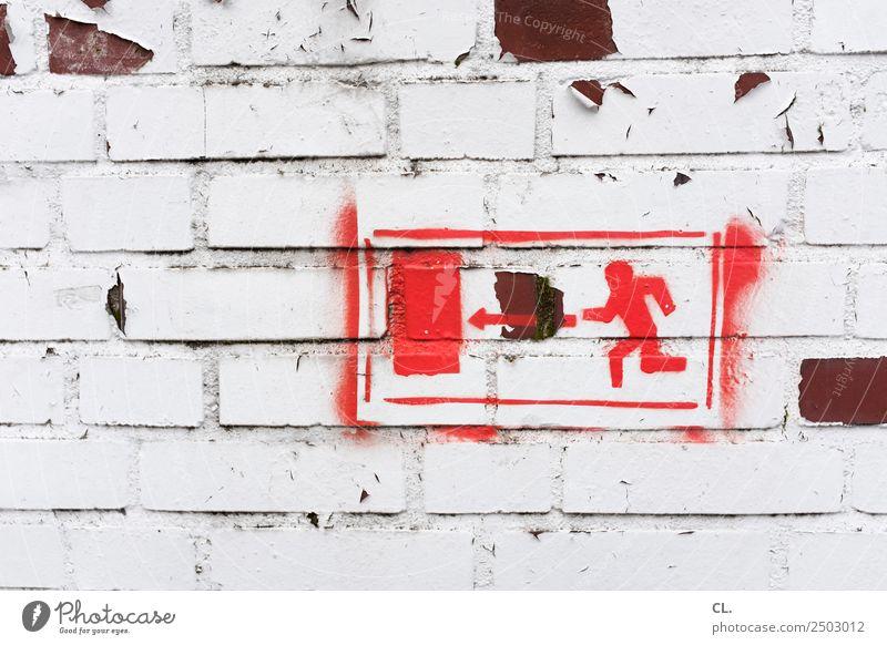 grenzüberschreitung | da lang alt rot Wand Wege & Pfade Bewegung Mauer Angst Schilder & Markierungen laufen gefährlich kaputt Hinweisschild bedrohlich Zeichen