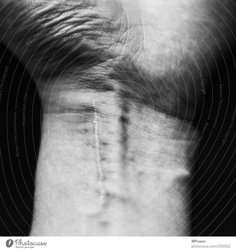 einschnitt Mensch maskulin Haut Arme Hand 1 gruselig Schmerz Gefäße Narbe Schnittwunde Sehne Unfall Armfraktur Gelenk Qual Schwarzweißfoto Detailaufnahme