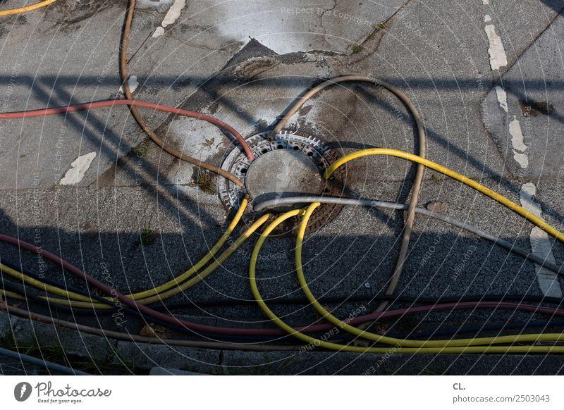 schläuche schlauchen Baustelle Verkehr Verkehrswege Straße Wege & Pfade Schlauch Gully Asphalt außergewöhnlich lustig chaotisch komplex Problemlösung planen