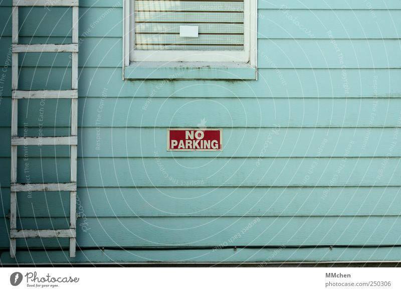 No Parking blau weiß Haus Wand Holz Mauer Fassade Schilder & Markierungen Verkehr Autofenster Hinweisschild Hütte Fahrzeug Autofahren Leiter Parkplatz