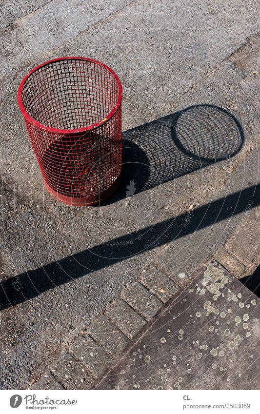 nullachtfuffzehn | müllkorb Menschenleer Verkehrswege Straße Wege & Pfade Fußweg Müll Müllbehälter Müllentsorgung Boden Asphalt dreckig rund Sauberkeit rot