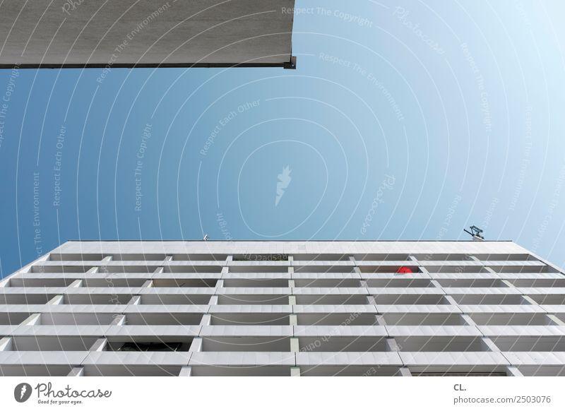 roter sonnenschirm Antenne Himmel Wolkenloser Himmel Sommer Klima Klimawandel Wetter Schönes Wetter Stadt Stadtzentrum Menschenleer Haus Hochhaus Gebäude