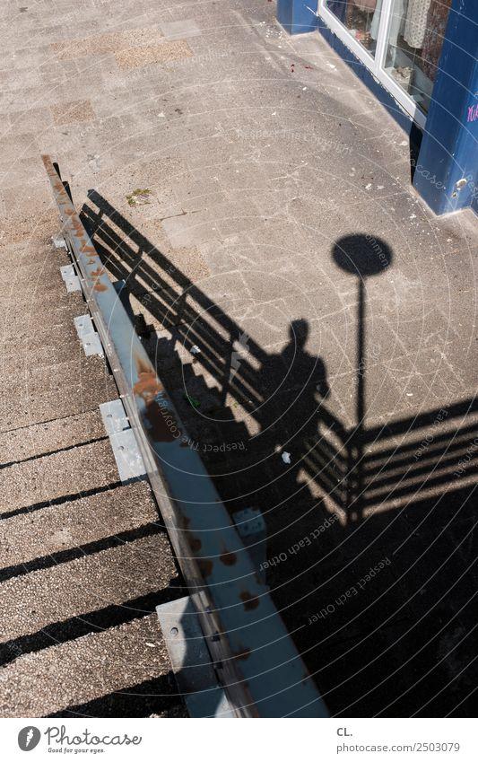 abwärts Freizeit & Hobby Mensch maskulin Erwachsene 1 Stadt Treppe Fußgänger Wege & Pfade Treppengeländer Rost Beton Metall alt dreckig kaputt trist