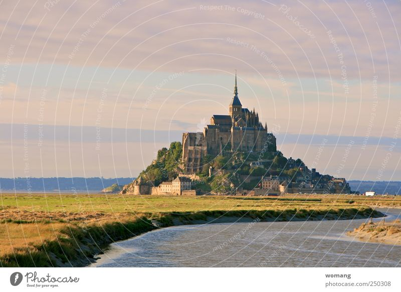 Märchenschloß Insel Mont-Saint-Michel Frankreich Europa Stadt Altstadt Kirche Burg oder Schloss Gebäude Architektur Stein Wasser gigantisch Flut Ebbe Meer