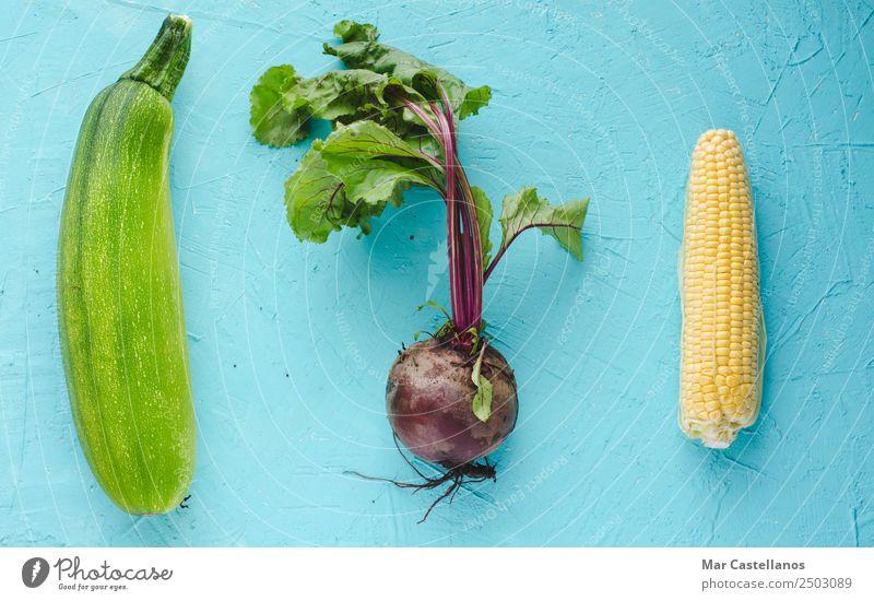 Rote Beete, Zucchini und Mais auf blauem Hintergrund Gemüse Ernährung Bioprodukte Vegetarische Ernährung Tisch Küche Nutzpflanze frisch natürlich gelb grün rot